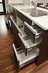 作業のしやすいスライド式のキッチン収納は、勢いよく閉めても手前でゆっくり閉まるソフトクローズ機能を採用。(一部を除く)