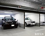 賃貸平面駐車場(37台分)のほかに、愛車を風雨やいたずらなどから守る、電動シャッター付分譲ガレージ(14区画)をご用意しています。