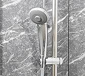 浴室のシャワーヘッドは節水型。従来型のシャワーヘッドと比べ、約10%以上の節水を実現します。