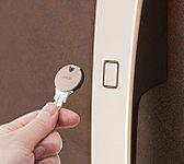 ボタンを押してキーをかざすだけで施解錠が可能。室内側からはサムターンで施解錠します。