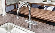 ドイツのグローエ社と浄水器クリンスイが共同開発した、除去対象※113物質を高度除去可能な機能美溢れる混合水栓。※1 消費者庁が「家庭用品品質表示法」で除去対象として指定している物質。