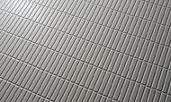水はけがよく滑りにくいよう、床の素材や表面加工を工夫。床のパターンがシンプルなため、お掃除の手間も軽減します。