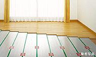 リビング・ダイニングにガス温水式の床暖房を設置しました。ホコリ等を巻き上げることなく乳幼児にも安心です。