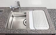 シンク内に水切りプレートや調理プレートなど、用途に合わせて段のプレートセット可能。 水はね音を軽減する低騒音設計を施した機能性の高いシンクです。