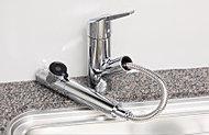 浄水器と蛇口を一体化。ノズルが伸びるハンドシャワー付でシンクのお手入れも便利。環境に優しい節水機能付です。