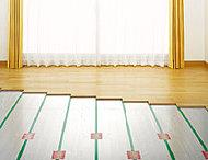 リビング・ダイニングにガス温水式のTES床暖房を設置しました。足元から温めるので、熱風が直接体に当たるような不快感がありません。