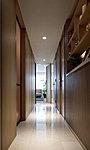 住まいの顔となる玄関と廊下の床材は、高級感ある天然石貼りとしています。自然の風合いが空間に落ち着きを与えます。※1