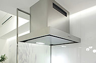 調理中の油煙や臭いを効率的に排出し、新鮮な空気を採り込む強制同時給排気式。整流版付きで掃除もしやすい。