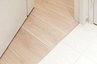 リビングダイニングや居室、廊下、洗面室等の段差をなるべくなくし、住戸内でのつまずきに配慮。