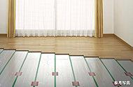 リビングには足元から室内をあたためる温水式ガス床暖房を採用。埃を巻き上げにくく、体に優しい暖房。