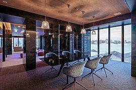 まるでホテルのような快適性を求めた内廊下設計。 空調で制御された空間は、季節や天気に左右されることのない快適性で、住まいへのアプローチをやさしくエスコートする。