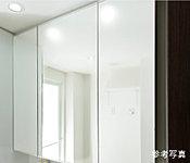 洗面化粧台には、三面鏡や、洗髪、洗面ボウルのお手入れに便利なホース付き水栓を採用しています。※参考写真
