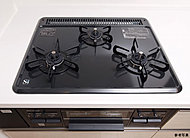 お料理自慢にうれしい火力の3口コンロ。全口温度センサー付で安全に配慮。機能性と安全性を両立しました。