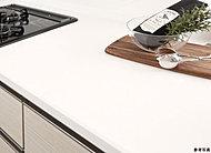 キッチンは美しく清潔に保ちたいもの。天板には高級感とお手入れのしやすさを兼ね備えた、人造大理石を採用しました。