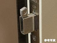 玄関ドアのカギを施錠すると、デッドボルトから鎌状の金具がせり出す仕組みの鎌式デッドボルトを採用。