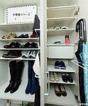 フルシーズンの靴を収納できるトールタイプの下足入を設置しました。※ロングブーツを収納しているため、棚板を1枚外しています。