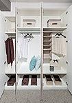使い易さにこだわったクロゼットは、衣類はもちろん小物類も多く収納できるよう、可動棚を設けて、整理しやすいよう配慮しています。