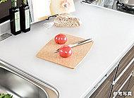 清潔感と高級感がある人造大理石天板。サッと拭き取るだけで汚れが落ち、耐久性や耐熱性にも優れ、お手入れも簡単にできます。
