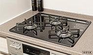 トロ火から強火まで火力調節幅が広めの3口コンロ。全口温度センサー付で安全に配慮し、機能性と安全性を両立しました。