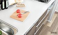 清潔感と高級感がある人造大理石天板。サッと拭き取るだけで汚れが落ち、お手入れも簡単にできます。
