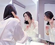 ヘアスタイルやメイクのチェックがしやすい三面鏡。背面は化粧品などもたくさん収納できメイクの楽しみが広がります。