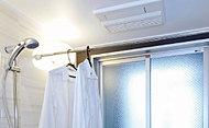 浴室にランドリーパイプを設置。浴室暖房乾燥機を使えば雨の日の洗濯物干しなどに大変便利です。