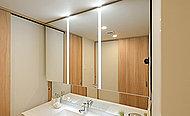 三面鏡の鏡の間にLED照明を設置。鏡を見る際に影が出にくく、メイク等をサポートします。※一部、五面鏡