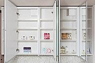 鏡の裏には可動式の収納棚を設置。洗面まわりの小物を整理することができます。