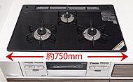 ワイドサイズでスタイリッシュなガラストップコンロを標準装備。水なしで返さずに両面を焼けるグリルは、調理時間を短縮してくれます。