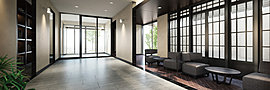 喧噪から奥まった静謐の場所には、奥へと自然に誘うイメージで創り上げたアプローチに沿って、外光を取り入れる格子窓を設置。