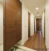 シンプルモダンな風合いを演出した玄関スべース。