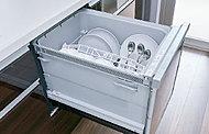 外気をファンで取り入れることで、排気温度を下げ、キッチンの快適環境に配慮します。