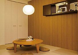くつろぎの和室は、日本の伝統美とモダンが交差し融合するデザイン設計。リビング空間とも美しく調和しています。和みのスペースとしてはもちろん、大切な方をお迎えする客間や寝室、そしてお子様の遊び場などにも活用できる多目的空間です。
