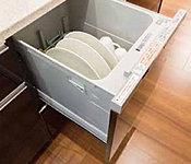 静音仕様でありながら油汚れもしっかり落とし、自動で乾燥。色々な食器が入れやすいスリムカゴを搭載。家事の負担を軽減してくれます。約40点5人分収納。