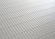 水はけをよくする表面加工で浴室の床が乾きやすくなりました。切り出した石を揃えたようなデザインですべりにくく、掃除もしやすく、すっきりとした形状です。
