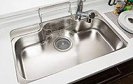 """水がシンクにあたる音や、お湯を流したときに""""ボコン""""という反り返り音などの騒音を低減。テレビ音を邪魔しない、静かなキッチンを実現しました。"""