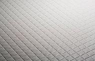 特殊な表面処理加工と床面形状により、浴室の床掃除の手間を減らします。さらに、独自の断熱層の構造により、足裏から奪われる熱を最小限に抑えます。