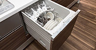 カウンター下に、大容量のスライド式オープンタイプの食器洗い乾燥機を標準装備。食事の後片づけも手早く済み、水道代・電気代・洗剤代などをトータルに比較しても手洗いに比べて経済的です。