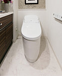 汚れ、水アカがつきにくいアクアセラミック。便器のフチを無くし、便座がリフトアップするのですき間汚れもカンタンお掃除。しかもしっかり節水します。大洗浄5L、小洗浄3.8Lの「超節水ECO5トイレ」。