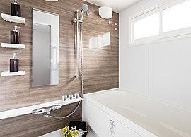 窓付きの明るく清潔感ある浴室。ゆったりと身体を優しく包み込む浴槽はじめ、多彩な機能と性能がリラックスなバスタイムを演出します。