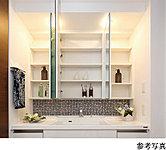 ユーティリティの洗面ボウルは、お手入れしやすい形状を採用。ワイドな3面ミラーを開くと、小物類がすっきりと片づく収納スペース。
