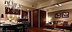 リビング・ダイニングとキッチン、隣接する洋室が一体化して、開放感のある団らんスペースを実現しています。また、壁・天井はホワイト系で仕上げ、床・建具に木目を採用。モノトーンを基調にしたインテリアデザインがくつろぎのひとときを演出します。
