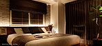 主寝室となる洋室1は、2面の開口部とバルコニーに配して開放感を演出。ご夫婦のやすらぎの場にふさわしい広さを確保するとともに、落ち着きのある色合いにコーディネートしています。