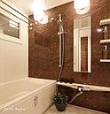 使い勝手や清掃性など機能性を高めた浴室。設備の形や色を吟味した空間デザインが、優雅なバスタイムを演出します。