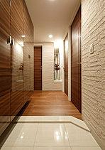 住まいの顔である玄関ホールはあくまでも格調高く。床と巾木に石目調磨きタイル、ホールにニッチを設けています。