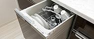 カウンター下に、大容量のスライド式オープンタイプを標準装備。食事の後片づけも手早く済み、水道代・電気代・洗剤代などをトータルに比較しても手洗いに比べて経済的です。