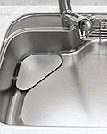 調理や皿洗いで使う水が、シンク内のゴミをどんどん排水口まで流してくれる形状。※水音とは、水栓から出る水道水がシンク表面にあたる音を表しています。