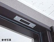 全戸分の玄関ドアと2階住戸の窓に防犯センサーを設置。※管理組合と警備会社とのシステム警備契約が必要となります。