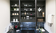 洗面化粧台には、三面鏡を採用。洗練されたデザインで落ち着いた雰囲気を演出。鏡裏は収納棚ですっきりと整頓できます。