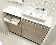 ゲストにも心地よくお使いいただける、スタイリッシュで収納スペースを設けた機能的なカウンター。トイレ空間を美しく演出します。